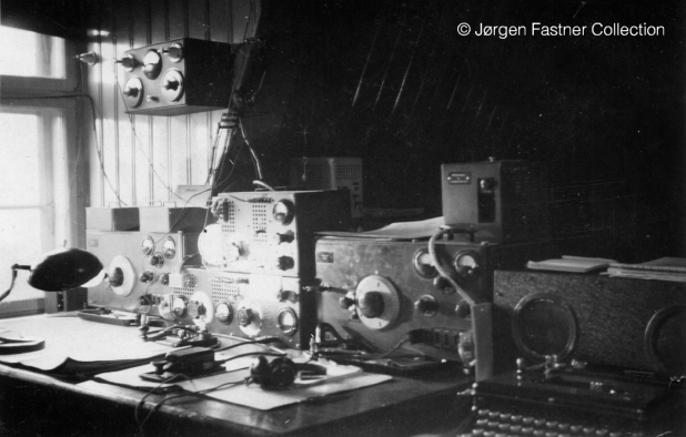 Abwehr S-90-40 abnd S-89/80 together with Siemens R-IV receivers, in an unknown Abwher station. J�rgen Fastner Collection [4].